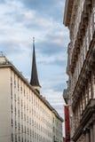 Gamla bostads- byggnader i historisk stadsmitt av Wien Royaltyfri Fotografi