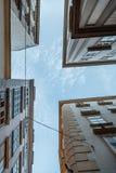 Gamla bostads- byggnader i historisk stadsmitt av Wien Royaltyfri Bild
