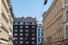 Gamla bostads- byggnader i historiskt centrum av Wien Royaltyfri Foto