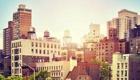 Gamla bostads- byggnader i New York City på solnedgången, USA royaltyfri fotografi