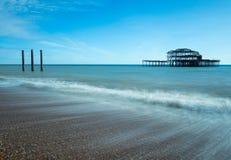 Gamla Brighton Pier på en Sunny Day fotografering för bildbyråer