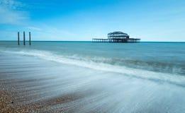 Gamla Brighton Pier Viewed från stranden Arkivbild