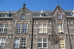 Gamla bruna historiska byggnader i Amsterdam Arkivfoton