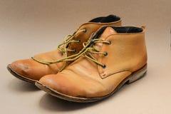 Gamla bruna läderskor Arkivfoto