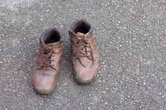 Gamla bruna läderskor på golvet Royaltyfri Foto