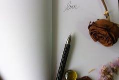 Gamla bruna rosor, torkade lavendelblommor, Arkivfoto