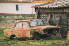 Gamla brutna kraschade Rusty Car Abandoned In Countryside Fotografering för Bildbyråer
