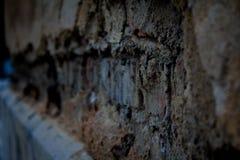 Gamla brutna tegelstenar i väggen Fotografering för Bildbyråer