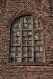 Gamla brutna träfönsterrutor med väggdetaljen arkivbild