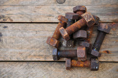 Gamla bultar eller smutsar ner bultar på träbakgrund, maskinutrustning i branscharbete Royaltyfri Fotografi