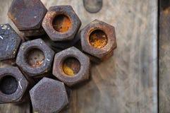 Gamla bultar eller smutsar ner bultar på träbakgrund, maskinutrustning i branscharbete Royaltyfri Bild