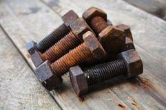 Gamla bultar eller smutsar ner bultar på träbakgrund, maskinutrustning i branscharbete Royaltyfria Bilder
