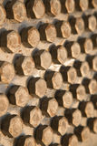 Gamla bultar eller smutsar ner bultar på träbakgrund, maskinutrustning i branscharbete Arkivfoton