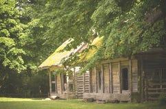 Gamla byggnader av en jordbruksmark Arkivfoton