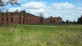 Gamla byggnader för röd tegelsten i skogen fotografering för bildbyråer