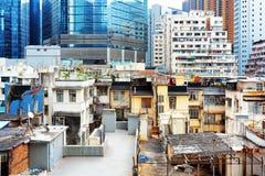 Gamla byggnader finns till samtidigt med moderna skyskrapor i Hong Kong Royaltyfria Bilder