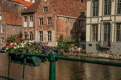 Gamla byggnader framme av kanalen och folket i Ghent Royaltyfri Foto