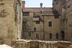 Gamla byggnader i kluven stad Arkivfoto
