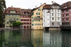 Gamla byggnader längs floden Reuss i Lucerne Arkivbild