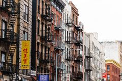 Gamla byggnader med brandflykter i kineskvarter i New York arkivbilder