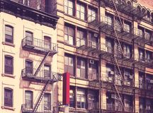 Gamla byggnader med brandflykter i New York fotografering för bildbyråer