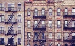 Gamla byggnader med brandflykter i New York City royaltyfri bild