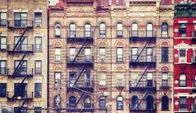 Gamla byggnader med brandflykter, NYC royaltyfria foton