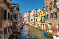 Gamla byggnader med vattenkanalen i Venedig Royaltyfria Bilder