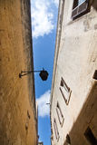 Gamla byggnader och blå himmel Royaltyfria Bilder