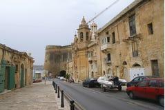 Gamla byggnader och Victoria Cate i den storslagna hamnen av Valletta royaltyfri bild