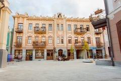 Gamla byggnader på den rekonstruerade gatan David Agmashenebeli i historiskt område av Tbilisi Arkivbilder