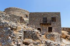 Gamla byggnader på den Spinalonga ön Arkivbilder