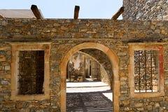 Gamla byggnader på den Spinalonga ön Royaltyfria Foton