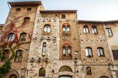 Gamla byggnader på den Sq cisternaen - San Gimignano, Italien royaltyfria foton