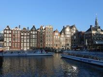 Gamla byggnader på en kanal i Amsterdam royaltyfri fotografi