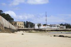 Gamla byggnader på kusten av ön av Moçambique Arkivbild