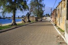 Gamla byggnader på promenaden i ön av Moçambique Arkivfoto