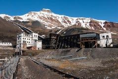Gamla byggnader som används för coalmining och transport av kol i den Soviet/ryska spökstaden Pyramiden i Svalbard Royaltyfria Foton