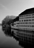 Gamla byggnader som reflekterar i floden Aare i Solothurn - Schweiz Arkivfoto