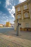 Gamla byggnader, tysk kupol och moderniststaty i Timisoara, Ro Royaltyfria Foton