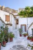 Gamla byggnader under akropolen i den Anafiotika grannskapen i Plaka, Aten, Grekland Arkivbilder