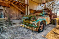Gamla Chevy Truck Parked på den gamla Crawford Mill i Walburg Texas royaltyfria foton