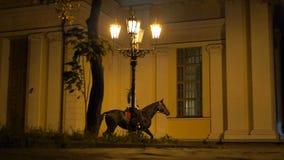 Gamla Churchin Autumn Night med ljus av bron, statisk fors stock video