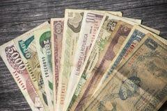 Gamla colombianska sedlar ut ur cirkulation arkivfoto