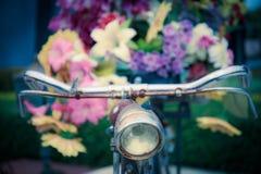 Gamla cykel och blommor Royaltyfri Bild