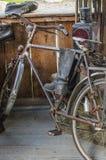 Gamla cykel och kängor på farstubron Royaltyfria Foton