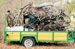 Gamla cyklar på en släp Royaltyfri Foto