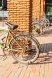 Gamla cyklar parkerar in på soligt Arkivfoton