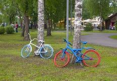 Gamla cyklar som parkeras i parkera arkivbild