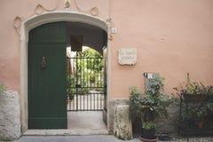 Gamla dörrar i en gammal vägg Arkivbild